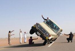 """Jóvenes saudíes practican peligroso """"esquí en asfalto"""""""