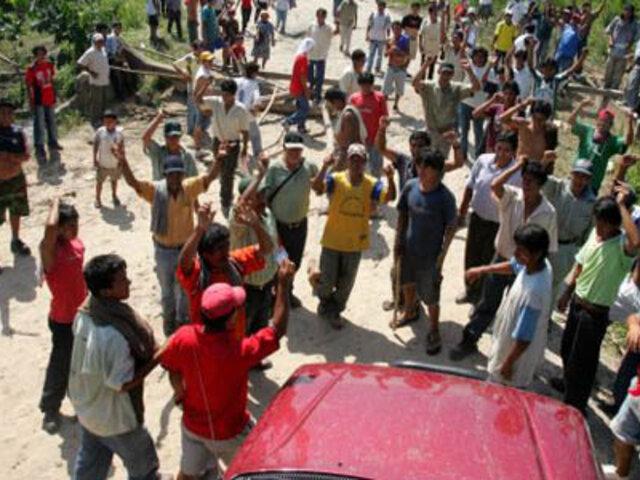Decenas de turistas quedan varados  por bloqueo en aeropuerto de Iquitos