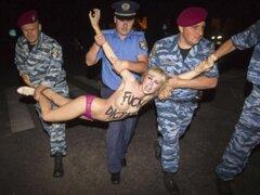 Mujeres protestaron desnudas ante llegada de presidente bielorruso a  Ucrania