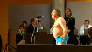 Invidente desnudo en junta de accionistas de banco: Miren cómo me han dejado