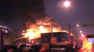Incendio de grandes proporciones arrasó con depósito en La Victoria
