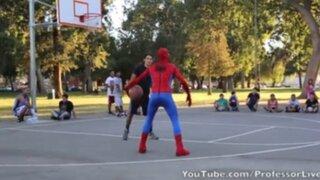 Spiderman muestra todo su talento en el baloncesto callejero