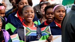 Sudafricanos celebran recuperación de Nelson Mandela en su cumpleaños