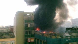 Impactantes imágenes del incendio que consumió 3 galerías detrás del Congreso