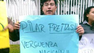 Colectivos sociales protestaron contra Pilar Freitas y Rolando Sousa