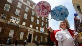 Miles de británicos acuden a ver al bebé real en palacio de Buckingham
