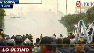 Policía lanza bombas lacrimógenas contra los manifestantes en Centro de Lima