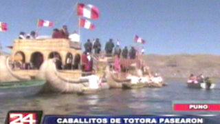 Caballitos de totora pasearon bandera peruana por el Lago Titicaca