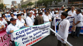 Médicos y enfermeras en huelga piden aumento de sueldo de 300%