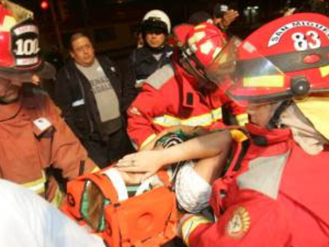 Camioneta cae a Vía Expresa tras violento choque con taxi en Av. Javier Prado
