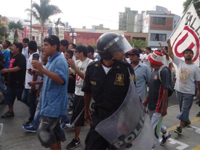 Hinchas de Universitario se suman a protestas en el Centro de Lima