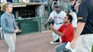 EEUU: joven le da el 'No' a su novio ante un estadio de béisbol lleno