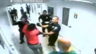 VIDEO: Policía golpea brutalmente a una adolescente con trastorno mental