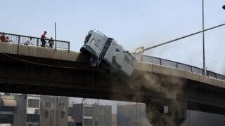 VIDEO: manifestantes lanzan auto de la policía desde un puente en Egipto