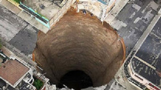 """VIDEO: extraños agujeros terrestres se """"tragan"""" casas, personas, hasta edificios"""