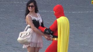 """VIDEO: superhéroe """"Boobs Man"""" revisa los senos para combatir el cáncer de mama"""