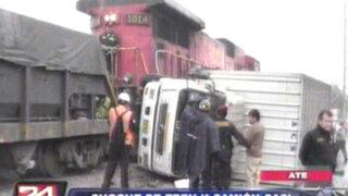 Chofer de camión salva de morir tras chocar contra un tren en Ate