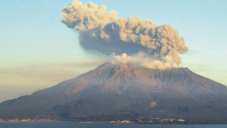 Impresionantes imágenes de la erupción del volcán Sakurajima en Japón
