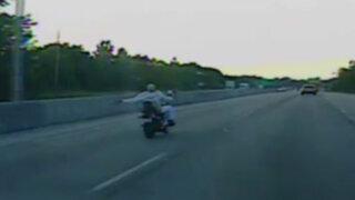 """EEUU: mujer conduce motocicleta sin manos y haciendo """"topless"""""""