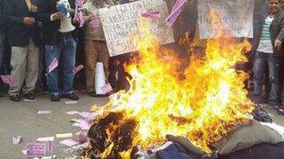 Empresarios de emporio comercial Gamarra protestan y queman ropas chinas