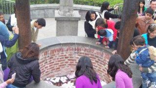 """Fieles limeños visitan el """"Pozo de los favores"""" de Santa Rosa de Lima"""