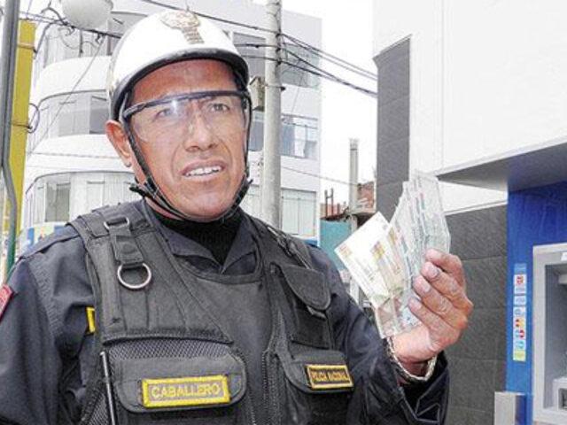 Chimbote: policía honrado devolvió dinero que encontró en cajero automático