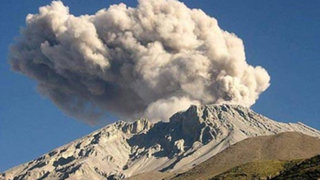 Explosiones del volcán Ubinas afectan a niños, ancianos y animales