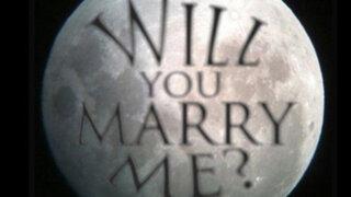 Hombre escribió en la luna para proponer matrimonio a su novia