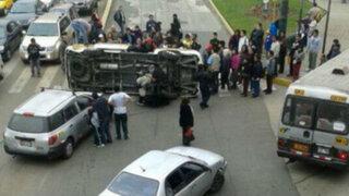 Combi terminó volteada tras provocar aparatoso choque en Breña