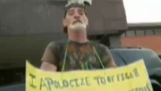 "EEUU: condenan a hombre a llevar cartel con frase ""Soy un idiota"""