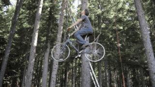 Joven creó ingenioso sistema para subir fácilmente a su casa del árbol