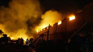 Incendio en madereras del Parque Industrial de Villa El Salvador