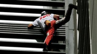 Austriaco escala rascacielos sin cuerdas y luego se lanza en paracaídas