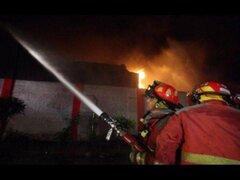Incendio de proporciones consumió un almacén de alfombras en Surco