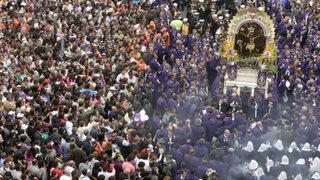 Señor de los Milagros inició su primer recorrido procesional entre miles de fieles