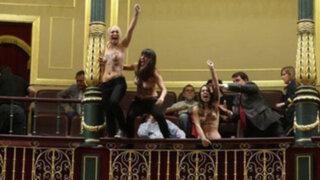 """España: gritando """"Aborto es sagrado"""" Femen irrumpe en el Congreso"""