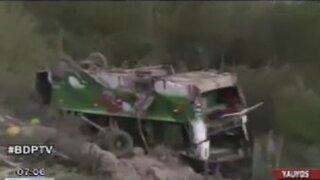 Yauyos: Volcadura de cúster por exceso de velocidad dejó un muerto y 20 heridos