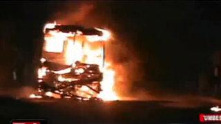 Bus cargado con combustible de contrabando se incendió en Tumbes