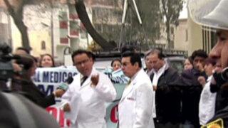 Noticias de las 6: médicos contratados se encadenan en sede del Minsa