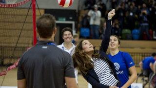 Duquesa Catalina reaparece en forma después de dar a luz jugando voleibol