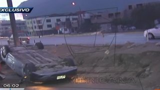 Camioneta de prensa sufrió aparatosa volcadura en El Agustino