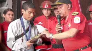 Bomberos condecoran a joven héroe que rescató a dos niños de incendio en SJL