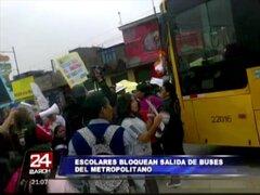 Escolares y padres de familia protestan bloqueando estación de El Metropolitano