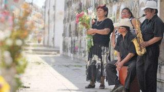 Capitalinos acuden a cementerios de Lima para homenajear a sus muertos