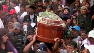 Entre disparos, licor y música entierran al hermano menor de Chacalón