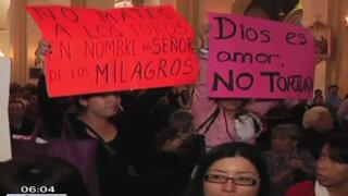 Antitaurinos llevaron protesta contra corridas de Acho hasta la Catedral de Lima