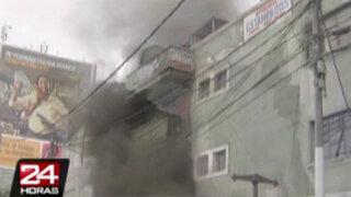 Incendio consume ocho tiendas de galería comercial en Gamarra