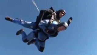VIDEO: Hombre de 93 años salta en paracaídas con cenizas de su esposa