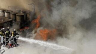 Chile: más de cien bomberos luchan contra voraz incendio en Teatro Municipal