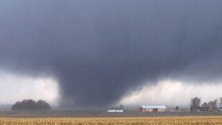 Impresionante: captan imágenes del paso de un gigantesco tornado en EEUU